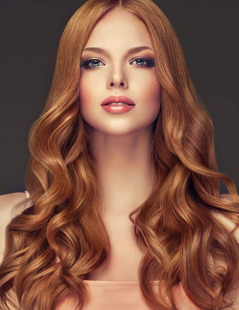 Chica con cabello largo pelirrojo