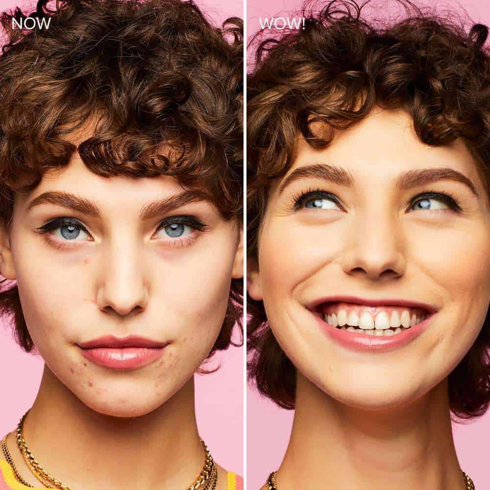 Chica con ojos azules corrector de maquillaje