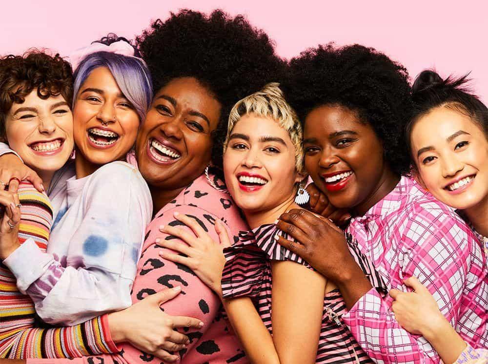 chicas de diferentes razas y edades