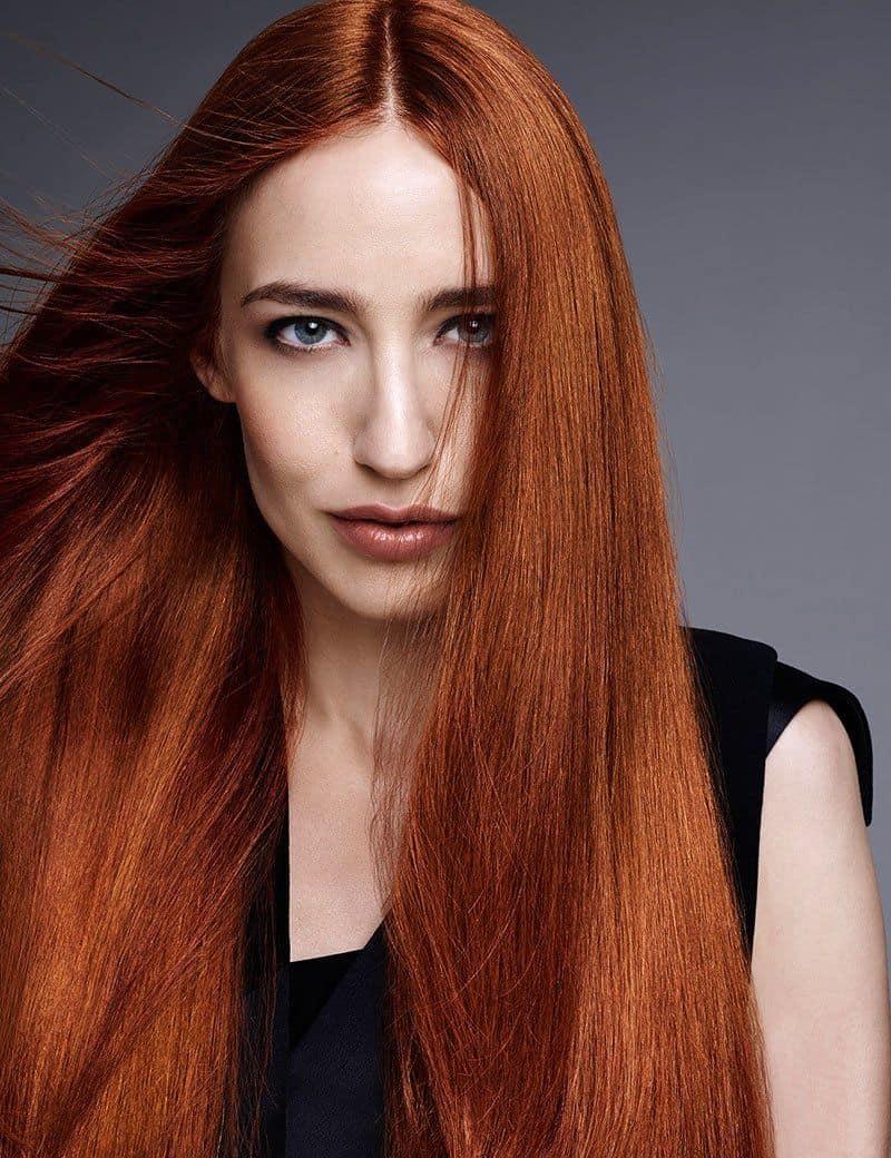 Chica con cabello pelirrojo